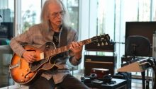 Steve Howe (Facebook Official Account A000)